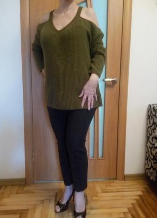 Красивый теплый свитер с открытыми плечами. размер 20.