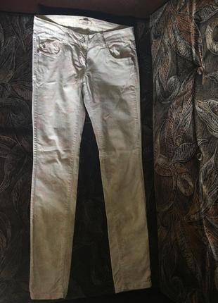 Очень оригинальные белые джинсы в цветочек