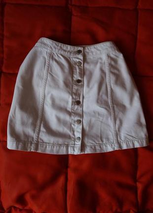 Белая джинсовая юбка трапеция на пуговицах спереди
