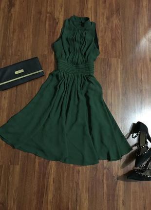 Роскошное зеленое платье, в складки