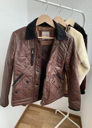 Куртка стеганая из кожзаменителя коричневая
