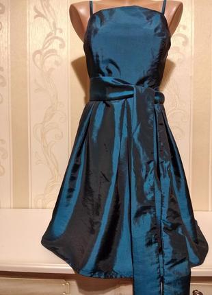 Нарядное платье с широким поясом.
