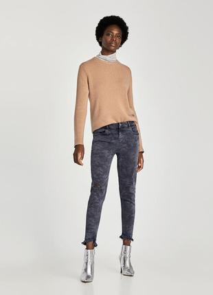 Камуфляжные джинсы от zara
