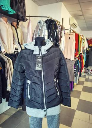 Курточка в спортивном стиле
