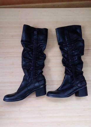 Черные кожаные сапоги ботфорты