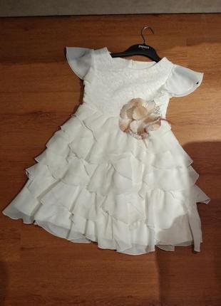 Платье праздничное с рюшечными слоями с кружевом и цветком 5-7 лет