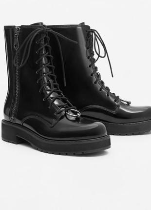 Чёрные лаковые ботинки со шнуровкой