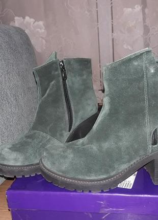 Демисезонные замшевые ботинки на грубом каблуке