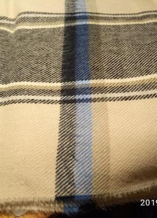 Красивый светлый шарф с  бахромой и радующими глаз бирюзовыми полосками