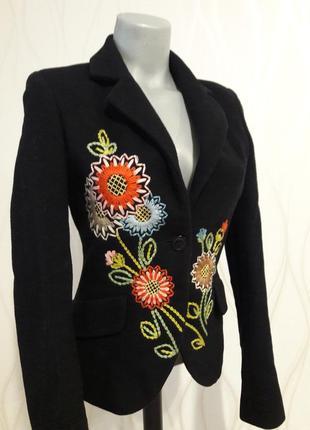 Невероятно красивый,  с вышивкой кашемировый пиджак черного цвета naf-naf