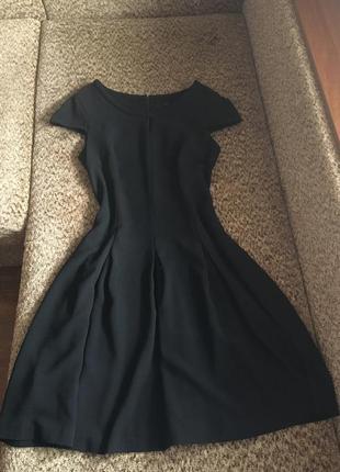Базовое чёрное платье миди с расклешенной юбкой