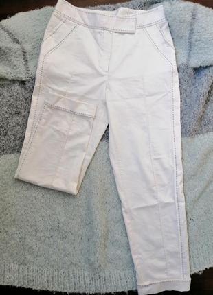 Белые брюки со стрелками