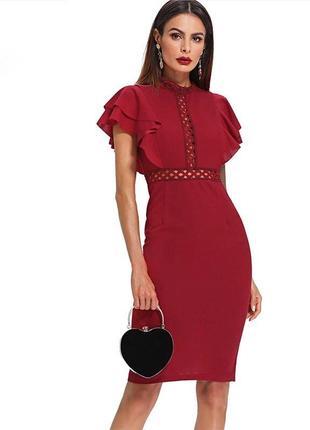 Красное платье с рюшами