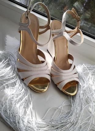 Белые босоножки с золотым носком