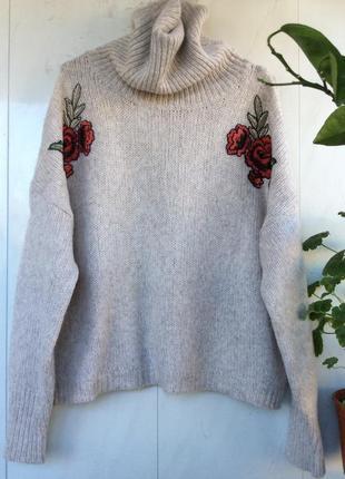 Стильный свитер бежевый с вышивкой оверсайз