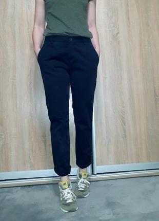 Качественные  коттоновые брюки чиносы темно-синего цвета (индиго) benetton