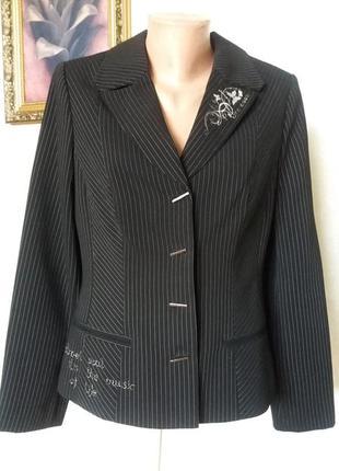 Красивый черный костюм.