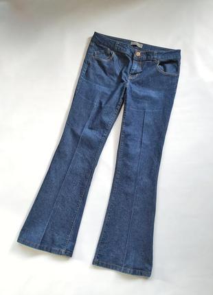 a96b4a93bad Актуальные джинсы со стрелками прямые по ноге широкие внизу