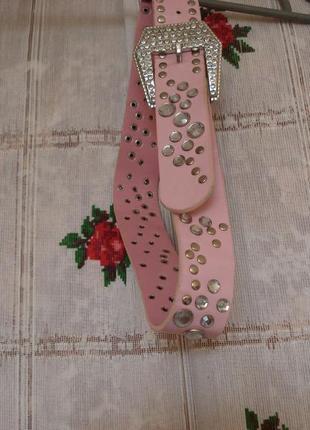 Ремень розового цвета с камнями.