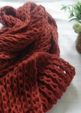 Красивый вязаный шарф кирпичного цвета