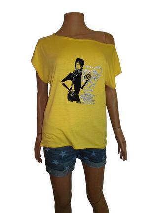 Желтая летняя футболка, удлиненная спинка