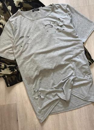Трендова сіра футба футболка з фабричними рваностями