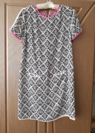 Стильное легкое летнее платье с контрастной отделкой и просзрачными вставками