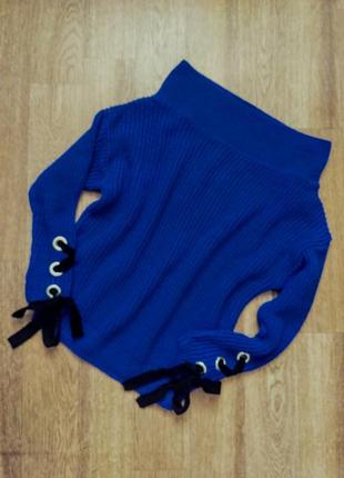 Модный свитер с приспущенными плечами и завязками на рукавах
