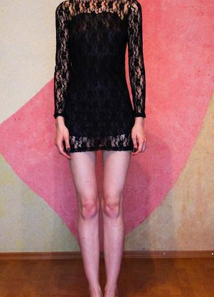 Кружевное черное короткое мини платье с длинными рукавами и горлышком
