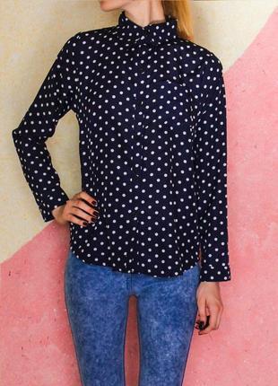 Блуза в белый горошек темно-синяя с ассиметричным острым воротником с длинным рукавом