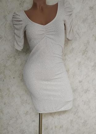 Коктейльное облегающее платье с мерцающим эффектом.