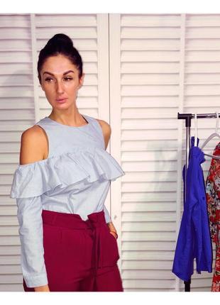 Стильная блуза с открытыми плечами и воланом