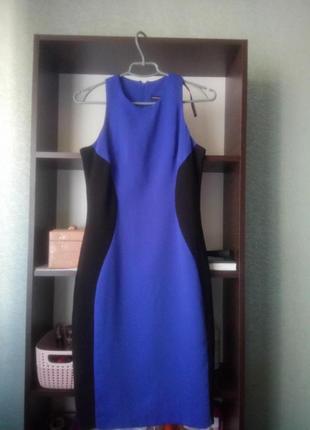 Синее силуэтное платье с черными вставками