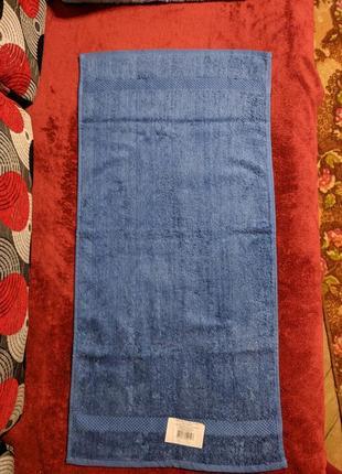 Махровое полотенце красивого синего цвета