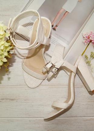 Фирменные женственные босоножки на устойчивом каблуке