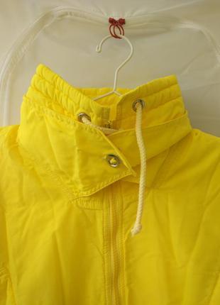 Яркий жёлтый лыжный комбинезон