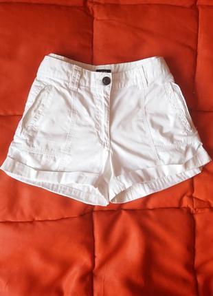 Базовые белые шорты с подворотом