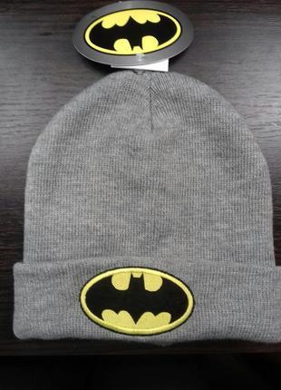Светло-серая шапка с бэтменом спортивная стритстайл демисезон