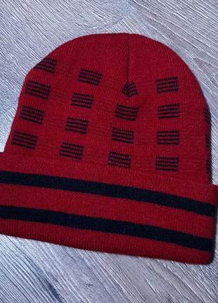 Темно красная шапка с черными вставками