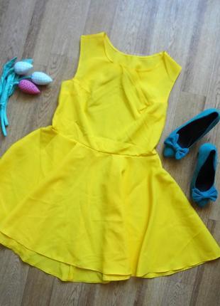 Неймовіна яскрава сукня з відкритою спинкою