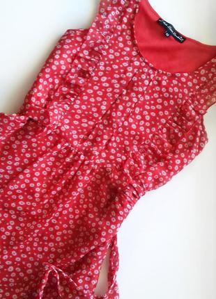 Воздушное короткое красное платье  в мелкий цветочек из шифона/красный сарафан с воланами