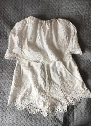 Комбинезон с шортами ромпер с открытыми плечами белый с перфорацыей