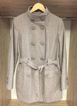 Серое шерстяное пальто на поясе