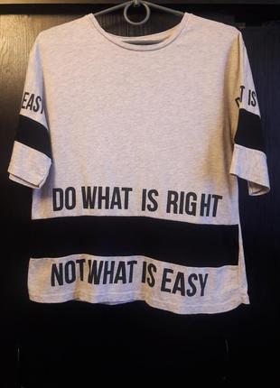 Серая футболка с надписями свободного кроя