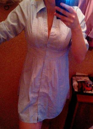 Платье-рубашка приятного голубого цвета.