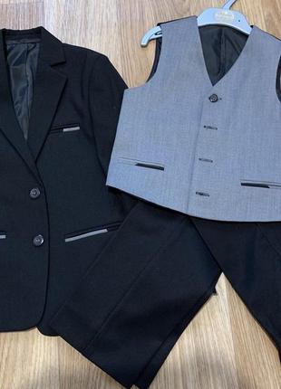 Продам шикарный костюм на школьника (первоклашку)