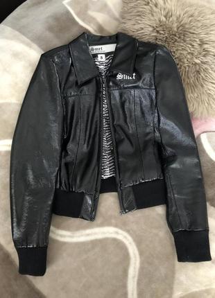 Ультрамодная куртка из искусственной блестящей кожи