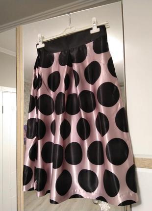 Атласная юбка в черный горох