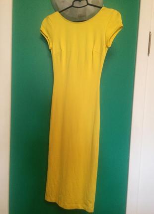 Яркое желтое платье, с вырезом по спинке.