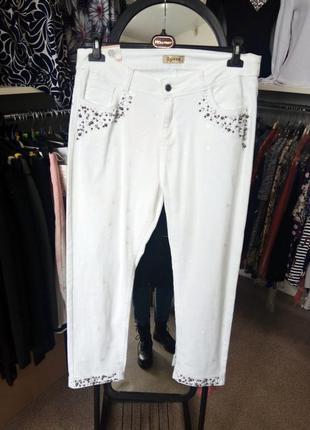 Укороченные белые джинсы с бусинами и вышитыми сердечками